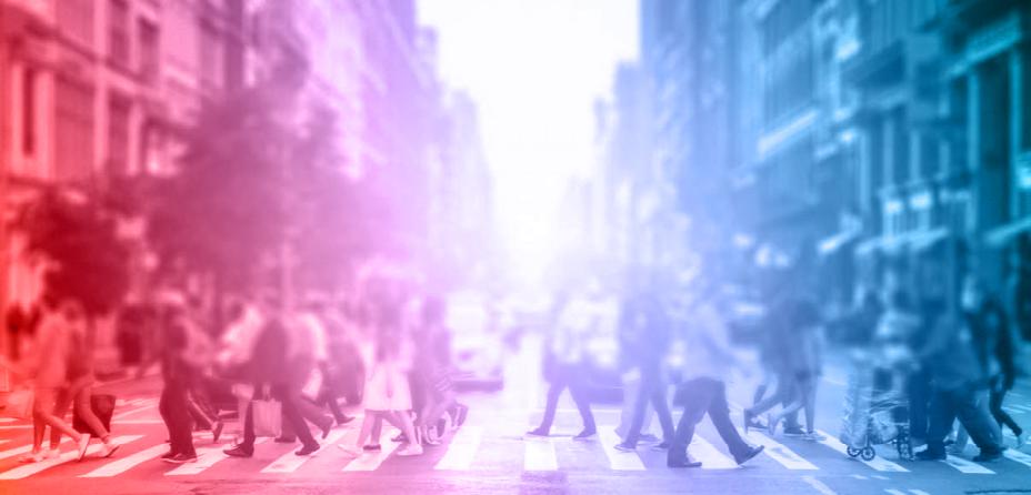 Gente cruzando un paso de peatones con diferentes luces