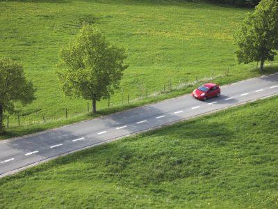 Coche rojo en la carretera