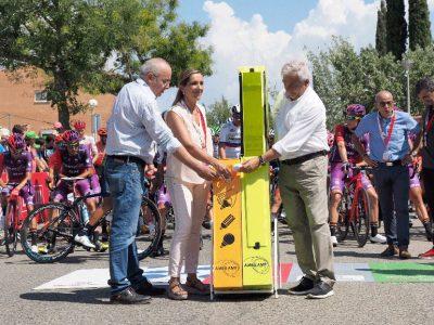 La alcaldesa de Valls, Dolors Farré, y el conseller de Educación, Josep Bargalló, reciclan bombillas en los contenedores de AMBILAMP en la salida de la Vuelta en Valls, Tarragona