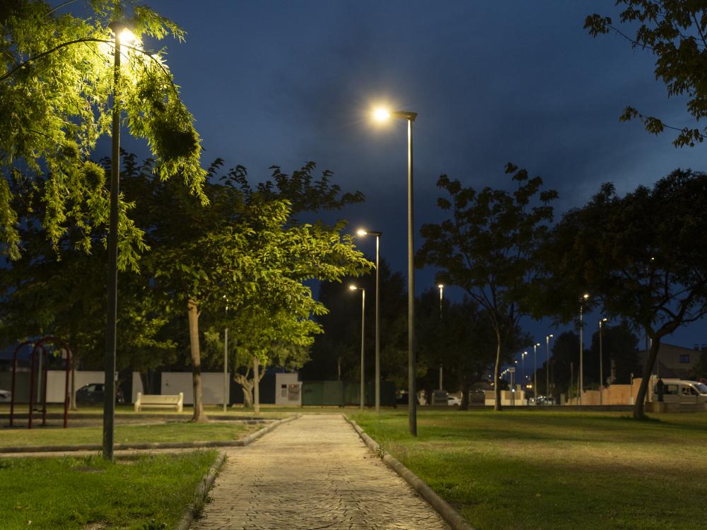 Parque de La Pobla de Vallbona iluminado de noche con farolas Schréder