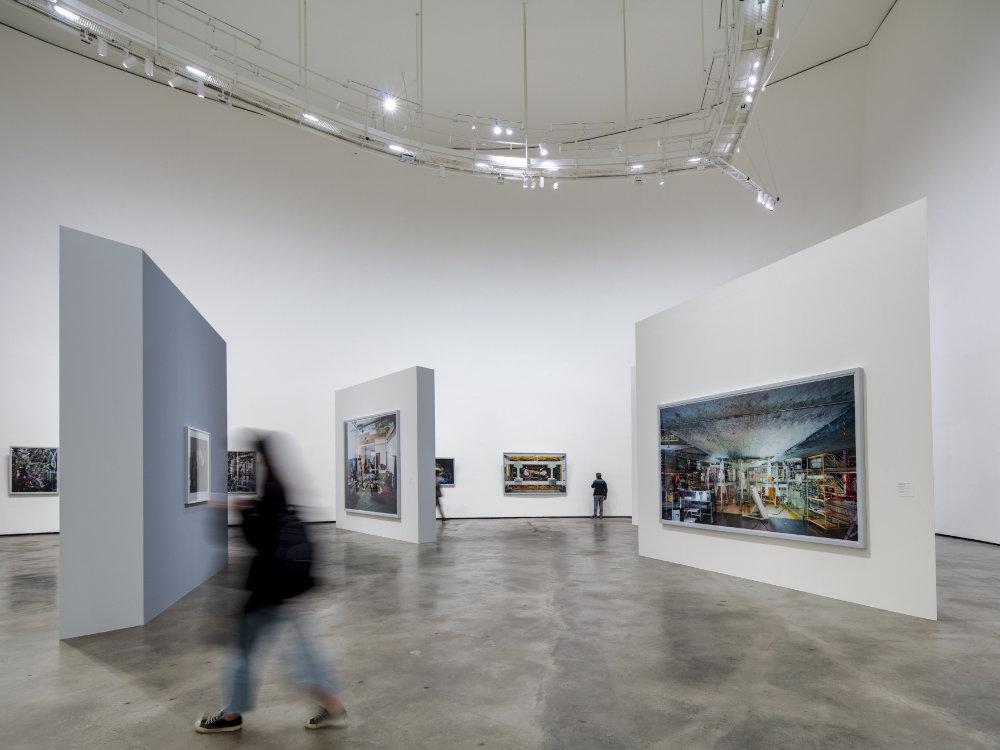 Galería interior del Museo Guggenheim Bilbao. Luz de Zumtobel.