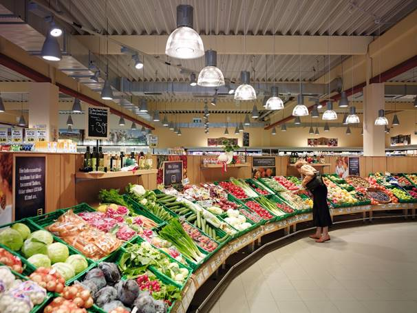 Sección de frescos de un supermercado con iluminación de Signify