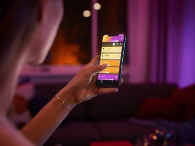 Mujer controlando Philips Hue con su smartphone