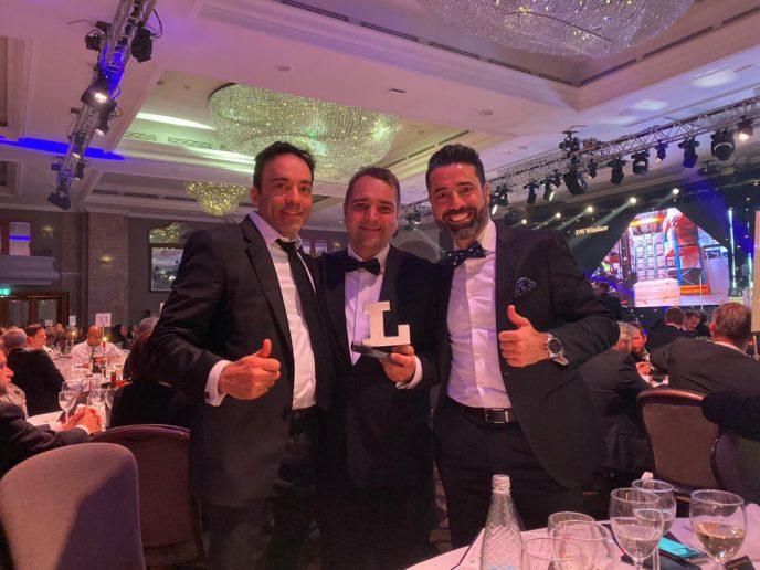 Directores de Ledmotive mostrando su premio a la tecnología más innovadora del año Lux Awards 2019