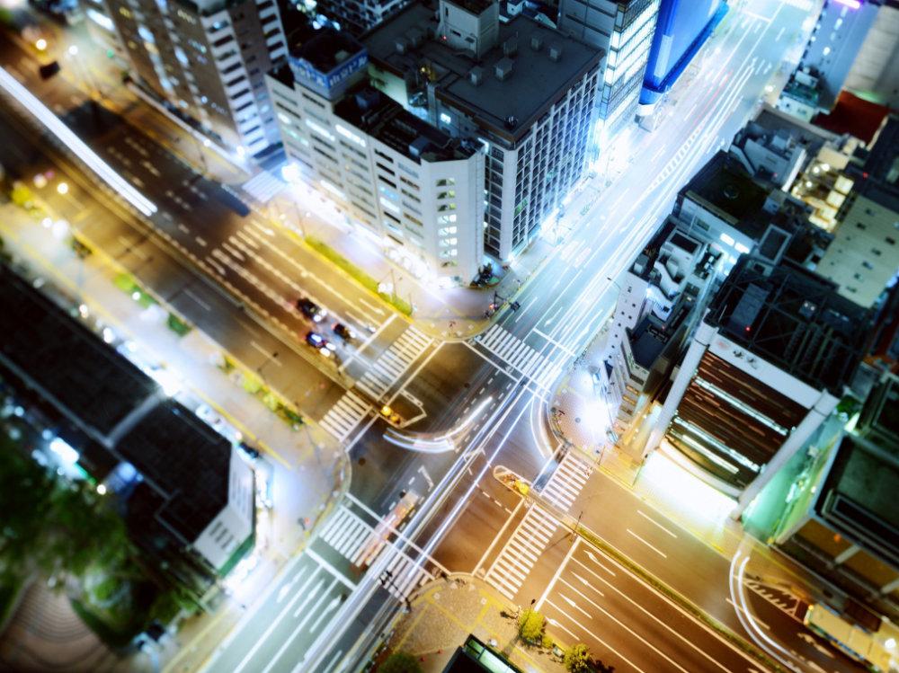Vista de pájaro de una ciudad iluminada
