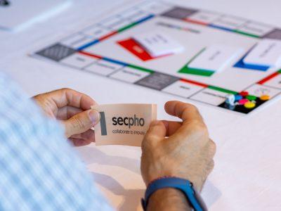 Manos sujetando una de las tarjetas del juego secpholand