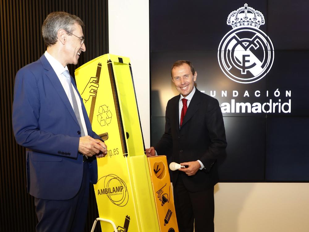 De izq. a der.: Juan Carlos Enrique Moreno, Director General de AMBILAMP; y Emilio Butragueño, Director de Relaciones Institucionales del Real Madrid