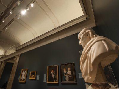 Busto iluminado en el Museo de Arte Nelson Atkins