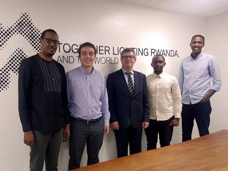 Equipo de Salvi Lighting Ruanda junto al CEO de la compañía