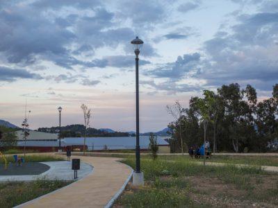 Farola Schréder aún apagada en un parque de Alcoi al atardecer