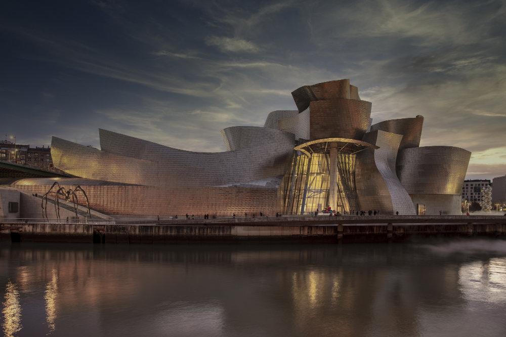 Fachada del Museo Guggenheim Bilbao de noche. Luz de Zumtobel.
