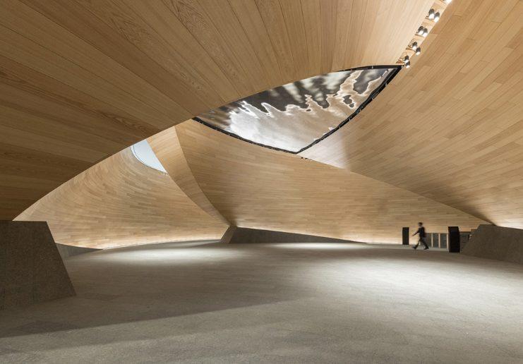 Bloomberg European Headquarters, ganador de iluminación de interiores. Techo ondular de madera