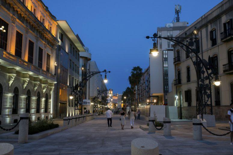 Paseo iluminado con farolas Roura en Ceuta