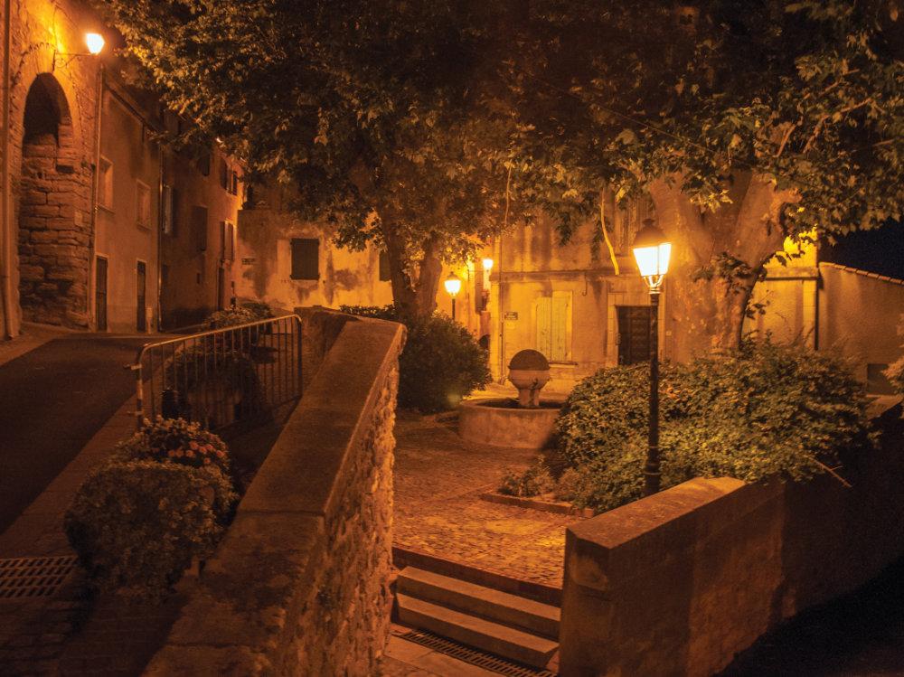 Vista nocturna de una calle en Châteauneuf-de-Gadagne.