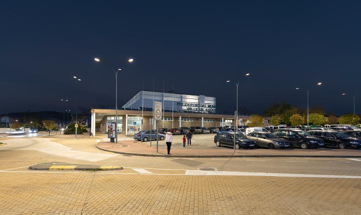 Luminarias LED Aire® serie 7 en las inmediaciones del polideportivo municipal, en el concejo de Olaz.