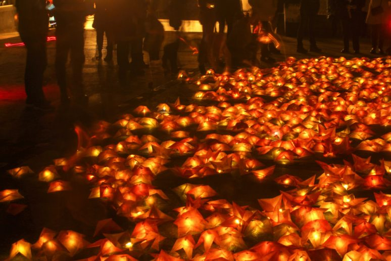 Ocre, ganador de instalaciones lumínicas. Hojas de otoño iluminadas posadas en el suelo.