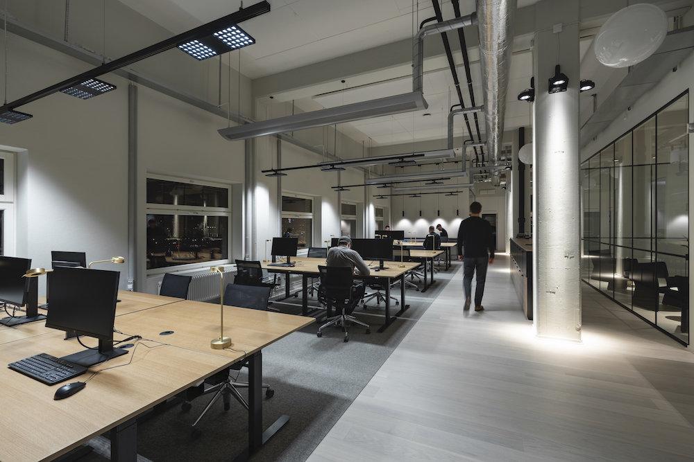 Fabege oficina iluminada con Erco